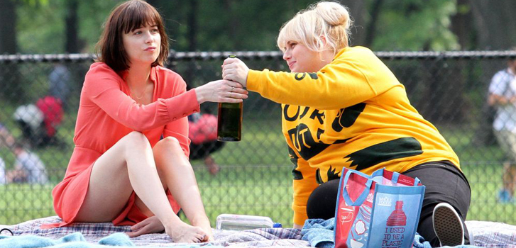 dakota johnson, rebel wilson, how to be single, photo