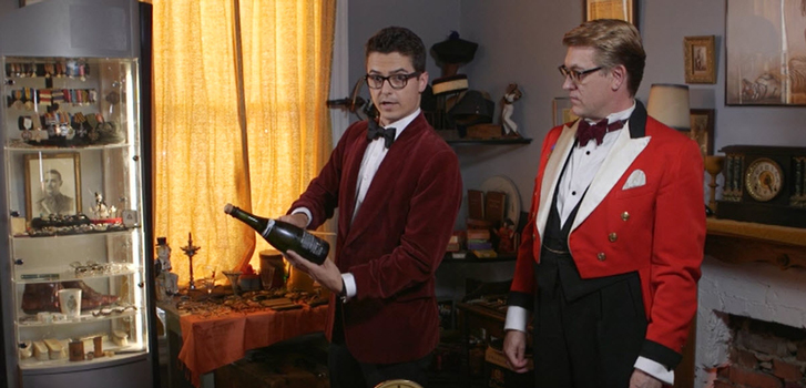Kingsman: The Golden Circle: Tanner Zee learns how to saber a champagne bottle with style